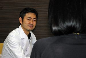患者様とカウンセリングを行っている後藤院長の画像です。後藤院長の顔からは笑みがあふれ和やかな雰囲気です。
