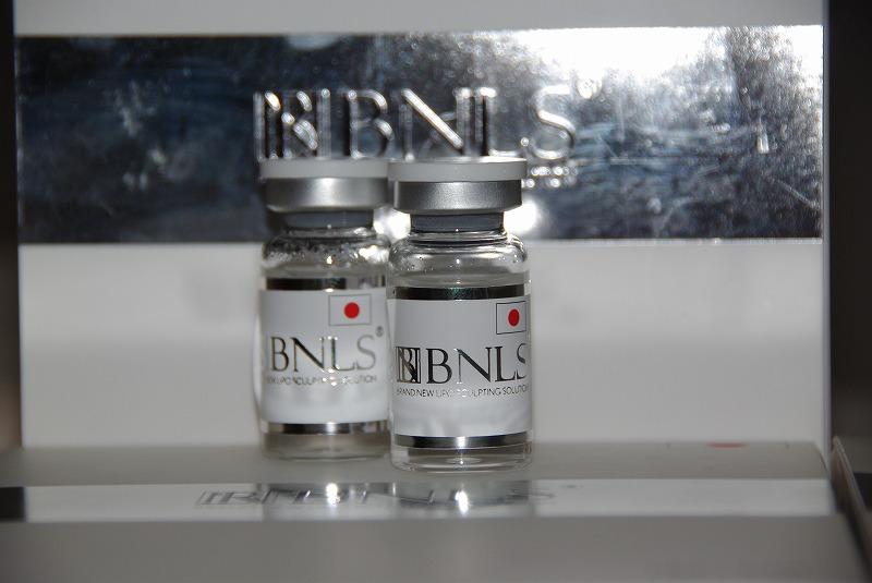 BNLS小顔注射の日本版バイアル2本の画像です。透明なボトルに銀ふちの白いラベルが張ってあり銀色でBNLSと書かれてます。日本仕様なので日の丸が描かれてます。